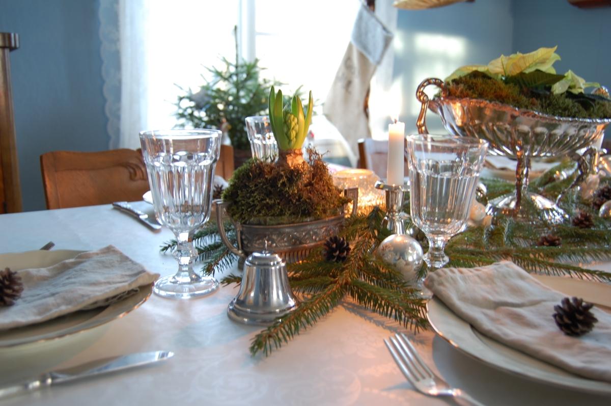 Borddekking til jul: Slik dekker du spisebordet med naturmaterialer, sølv og bruktfunn
